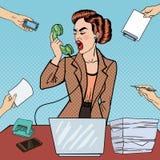 Schiocchi Art Aggressive Business Woman Screaming nel telefono sul multi lavoro d'ufficio di incarico Fotografia Stock