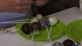 Schiocchi casalinghi del dolce imballati in contenitori di regalo Candy ha coperto di cioccolato in bianco e nero Decorato con un stock footage