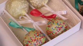 Schiocchi casalinghi del dolce imballati in contenitori di regalo Candy ha coperto di cioccolato in bianco e nero Decorato con un video d archivio