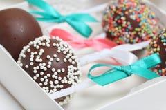 Schiocchi del dolce decorati con un arco della treccia, imballato in un contenitore di regalo fotografie stock libere da diritti