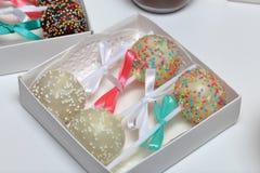 Schiocchi del dolce decorati con un arco della treccia, imballato in un contenitore di regalo fotografia stock