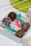 Schiocchi del dolce decorati con un arco della treccia, imballato in un contenitore di regalo immagine stock libera da diritti
