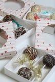 Schiocchi del dolce decorati con un arco della treccia, imballato in un contenitore di regalo immagini stock
