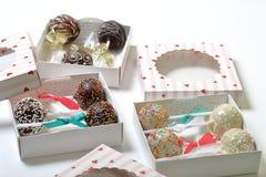 Schiocchi del dolce decorati con un arco della treccia, imballato in un contenitore di regalo fotografia stock libera da diritti