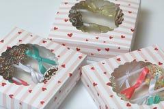 Schiocchi del dolce decorati con un arco della treccia, imballato in un contenitore di regalo Nel coperchio della scatola ? una f immagini stock