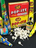 Schiocchi il suo e faccia festa le macchine per fare i popcorn, fuochi d'artificio della qualità inferiore Immagini Stock
