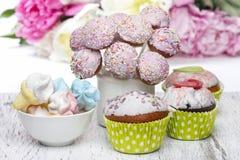 Schiocchi pastelli, bigné e caramelle gommosa e molle del dolce sulla linguetta di legno rustica Fotografia Stock Libera da Diritti