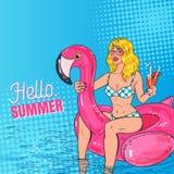 Schiocco Art Beautiful Blonde Woman Swimming nello stagno al materasso rosa del fenicottero Ragazza affascinante in bikini sulla  Immagine Stock
