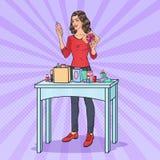 Schiocco Art Beautiful Woman con il contenitore di regalo ed i cosmetici Presente di bellezza Fotografie Stock Libere da Diritti