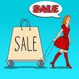 Schiocco Art Beautiful Woman con il sacchetto della spesa gigante sulla vendita Fotografia Stock Libera da Diritti