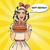 Schiocco Art Beautiful Woman Holding un piatto con la torta di compleanno felice con le candele Fotografie Stock