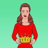 Schiocco Art Beautiful Woman Holding una corona Cerimonia di conquista di incoronazione Fotografia Stock