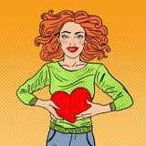 Schiocco Art Beautiful Woman nell'amore con il cuore della peluche Fotografia Stock