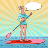 Schiocco Art Beautiful Woman sul supporto sul bordo di pagaia Ragazza in costume da bagno su SUP Fotografia Stock Libera da Diritti