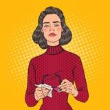 Schiocco Art Beautiful Woman Wiping i suoi occhiali con lo straccio Immagine Stock