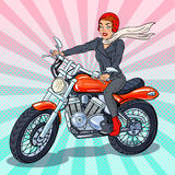 Schiocco Art Biker Woman in casco che guida un motociclo Immagine Stock