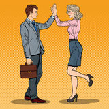 Schiocco Art Businessman Giving High Five alla donna di affari Immagini Stock Libere da Diritti
