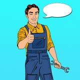 Schiocco Art Confident Smiling Mechanic con i pollici della chiave su Fotografie Stock