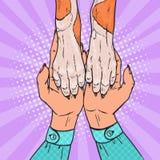 Schiocco Art Dog Paws e mani femminili Amicizia fra l'essere umano e l'animale domestico illustrazione di stock