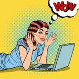 Schiocco Art Happy Beautiful Woman con il computer portatile a casa Immagini Stock Libere da Diritti