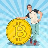 Schiocco Art Happy Man con grande Bitcoin Concetto di Cryptocurrency Fotografia Stock