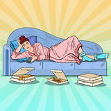 Schiocco Art Lazy Woman Lying sul sofà e sulla TV di sorveglianza con pizza illustrazione di stock