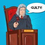 Schiocco Art Senior Judge in tribunale che colpisce Gavel Legge e sistema giudiziario Immagine Stock