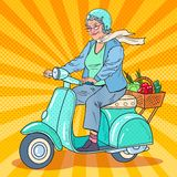 Schiocco Art Senior Woman Riding Scooter Motociclista di signora royalty illustrazione gratis