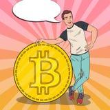 Schiocco Art Smiling Man con grande Bitcoin Concetto di Cryptocurrency Fotografia Stock Libera da Diritti
