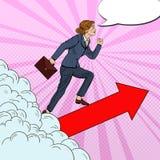 Schiocco Art Successful Business Woman Walking alla cima attraverso le nuvole Fotografia Stock Libera da Diritti