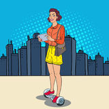 Schiocco Art Woman con la compressa che guida Gyroscooter nella città Trasporto urbano di equilibrio elettrico Fotografia Stock