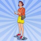 Schiocco Art Woman con la compressa che guida Gyroscooter Trasporto urbano di equilibrio elettrico Immagine Stock Libera da Diritti