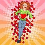 Schiocco Art Woman nell'amore con cuore in Rose Petals Fotografia Stock