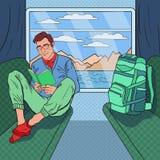 Schiocco Art Young Man Travelling dal treno e dal libro di lettura Immagini Stock Libere da Diritti