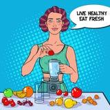 Schiocco Art Young Woman Making Smoothie con la frutta fresca Cibo sano Alimento stante a dieta di Vegeterian Immagini Stock