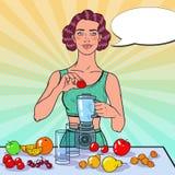Schiocco Art Young Woman Making Smoothie con la frutta fresca Cibo sano Concetto stante a dieta dell'alimento di Vegeterian Immagini Stock Libere da Diritti