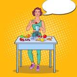 Schiocco Art Young Woman Making Smoothie in miscelatore con la frutta fresca Cibo sano Fotografia Stock