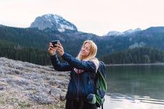 Schiocco del selfie mentre facendo un'escursione! fotografie stock libere da diritti