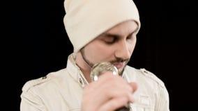 Schiocco della roccia del vocalist dell'uomo di punta del primo piano con una barba alla moda in vestiti bianchi ed in un cappell archivi video
