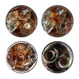 Schiocco di soda pieno di bolle di rinfresco, un insieme di quattro vetri freddi della cola di vista superiore Fotografia Stock