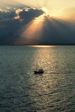 Schip in Antalya-baai bij zonsondergang in Turkije Royalty-vrije Stock Fotografie