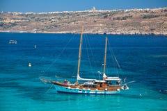 Schip bij Comino-eiland, Malta Stock Foto
