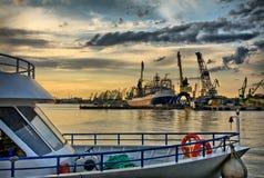 Schip bij de haven na onweer Royalty-vrije Stock Afbeelding