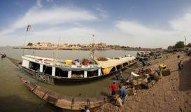 Schip bij de haven op Niger Royalty-vrije Stock Afbeeldingen