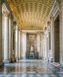 Schip bij de ingang van de Basiliek van Heilige John Lateran in Rome stock fotografie
