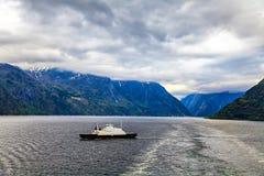 Schip bij de Noordzee op een bewolkte dag Stock Foto