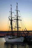 Schip bij Dok bij Zonsondergang stock foto