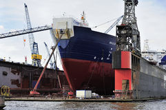 Schip bij het dok op Elbe rivier, Hamburg, Duitsland Royalty-vrije Stock Foto
