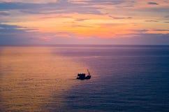 Schip bij het overzees in silhouet stock afbeeldingen