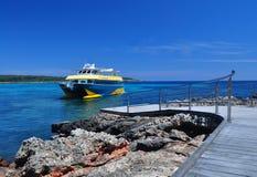 Schip bij mooie tropische baai Stock Afbeelding